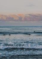 Menschen, die tagsüber auf Meereswellen surfen foto