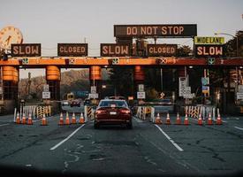 Kalifornien, 2020 - Autos auf der Straße während des Tages