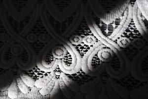 Spitzenmuster Tischdecke mit einem Schatten