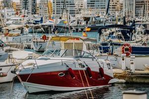 puerto de torrevieja, spanien, 2020 - rot-weißes boot auf dem wasser tagsüber