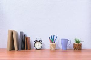 Bücher auf dem Schreibtisch im Büro foto