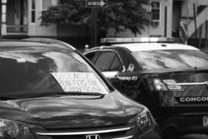 Vereinigte Staaten, 2020 - Graustufenfoto des Protestzeichens auf einem Polizeiauto