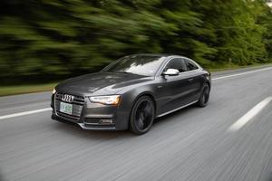 USA, 2020 - Schwarzes Audi Coupé tagsüber unterwegs