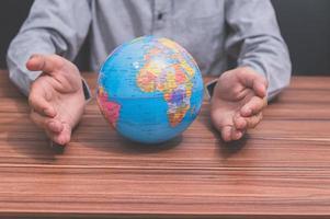 Mann mit einem Globus