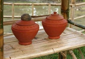 Wasserkrüge auf dem Bambustisch foto