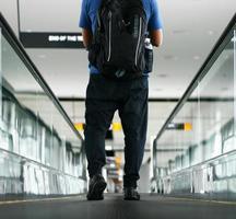 Fußgänger, der mit zoomender Bewegungsunschärfe geht