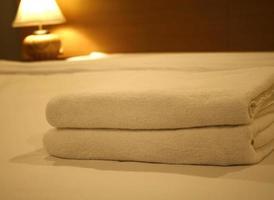 luxuriöses Schlafzimmer mit zwei Handtüchern auf dem Bett