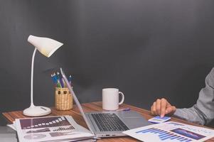 Geschäftsleute sitzen bei der Arbeit und überprüfen Dokumente am Schreibtisch im Zimmer