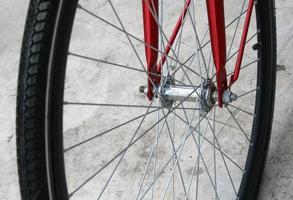 rotes Fahrradrad