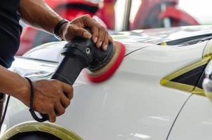ein Auto polieren und polieren foto