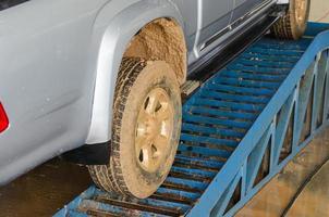 Autos mit schlammigen Reifen foto