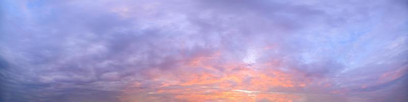 Wolken am Himmel bei Sonnenuntergang