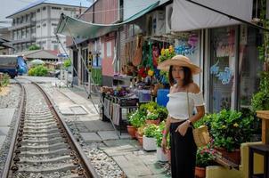 hübsche asiatische Frau, die auf den Zug wartet foto