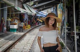 hübsche asiatische Frau, die auf den Zug wartet