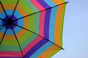 Regenbogenschirm auf Himmelhintergrund