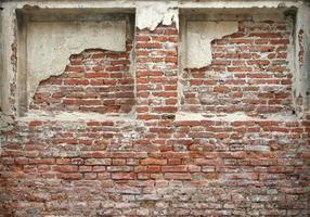 Abgenutztes Backsteingebäude
