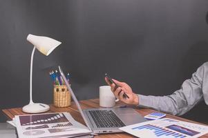 Geschäftsmann arbeitet an seinem Schreibtisch foto