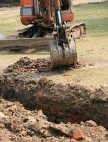 Traktor gräbt Erde aus