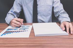 Geschäftsmann, der Geschäftsfinanzdokument prüft