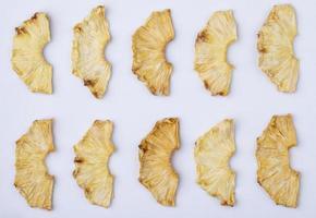 Draufsicht von getrockneten Ananasscheiben lokalisiert auf weißem Hintergrund