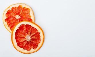 Draufsicht von getrockneten Grapefruitscheiben lokalisiert auf einem weißen Hintergrund
