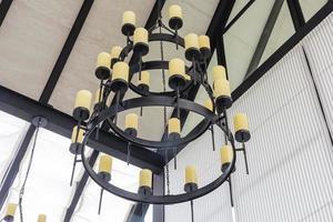 massiver Stahlleuchter mit Kerzen im mittelalterlichen Stil, Nahaufnahme