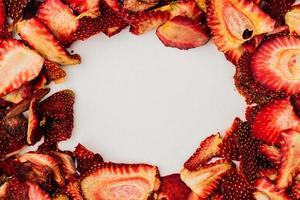 Draufsicht auf getrocknete Erdbeerscheiben, die in einem Rahmen angeordnet sind