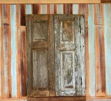rustikales Holzfenster foto
