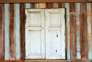 abgenutztes Holzfenster foto