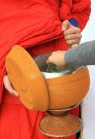 Mönch mit Opfergabe foto