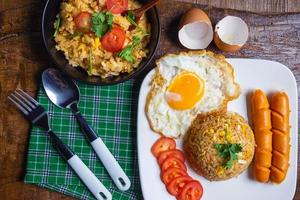 Frühstück auf einem Teller und einer Pfanne