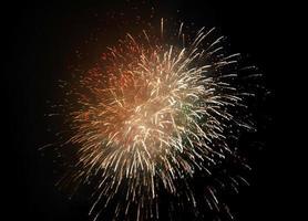 goldenes Feuerwerk im schwarzen Himmel