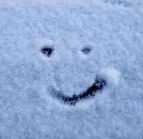 glückliches Gesicht im Schnee