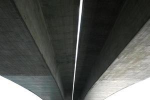 Unterseite der Betonbrücke foto