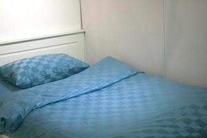 blaues Bett und Kissen