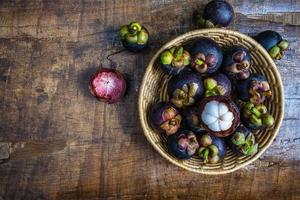 Mangostanfrucht in einem Korb foto