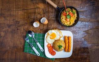 Draufsicht auf das Frühstück auf einem Tisch