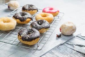 Schokoladenkrapfen und rosa Donuts auf dem Küchentisch