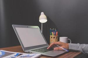 Geschäftsmann mit einem Laptop foto