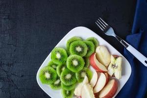 Obstteller auf dunkler Oberfläche foto