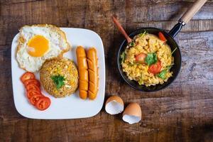 Frühstück auf dem Tisch verteilt