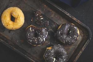 Donuts auf dunklem Hintergrund