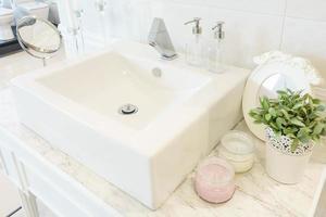 sauberes Waschbecken im Badezimmer foto