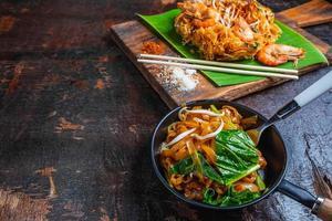 Pad Thai auf dem Tisch foto