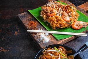 Pad Thai Shrimps auf Bananenblatt foto