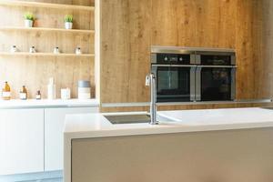 saubere schlanke Küche