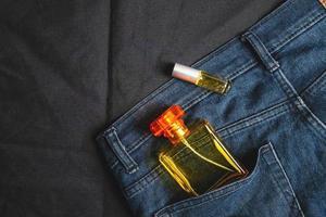 Parfümflaschen und Düfte in Jeanstaschen