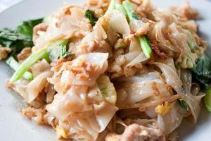 Thai gebratene Nudeln in einer Sojasauce mit dem Schweinefleisch foto