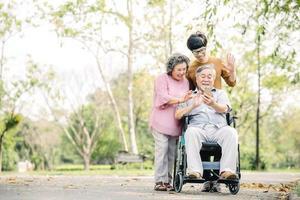 Familie, die Spaß mit Smartphone im Park hat