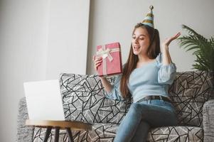 Frau feiert virtuellen Urlaub foto